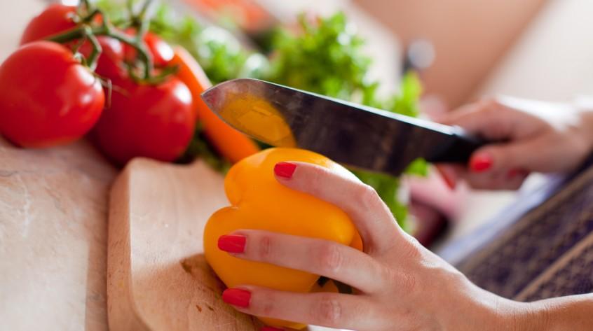 knife cutting pepper